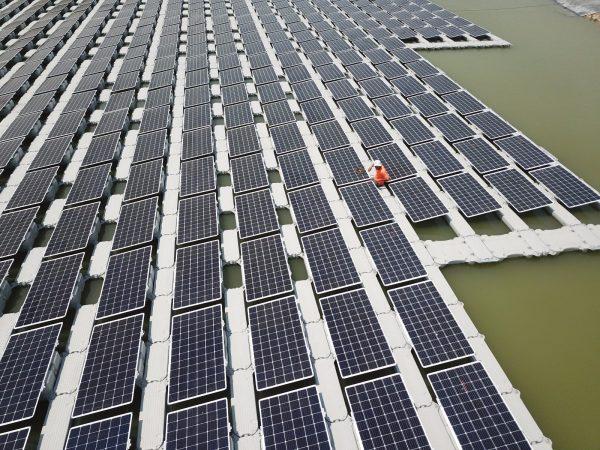 לראשונה בישראל- מערכת סולארית צפה על המים חוברה לרשת החשמל בעמק הירדן.